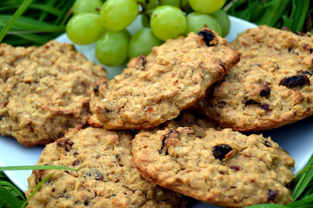 raisin banana oat biscuits